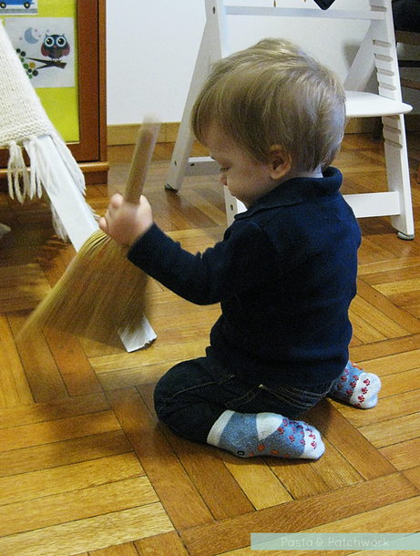 8 Cheap & (almost) No-Prep Toddler Activities - 12 to 18 months | Sweeping